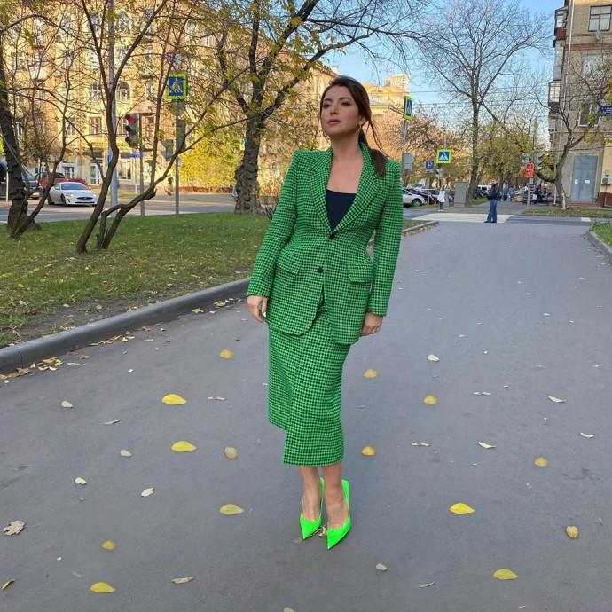 Жасмин примерила ярко-зелёный костюм