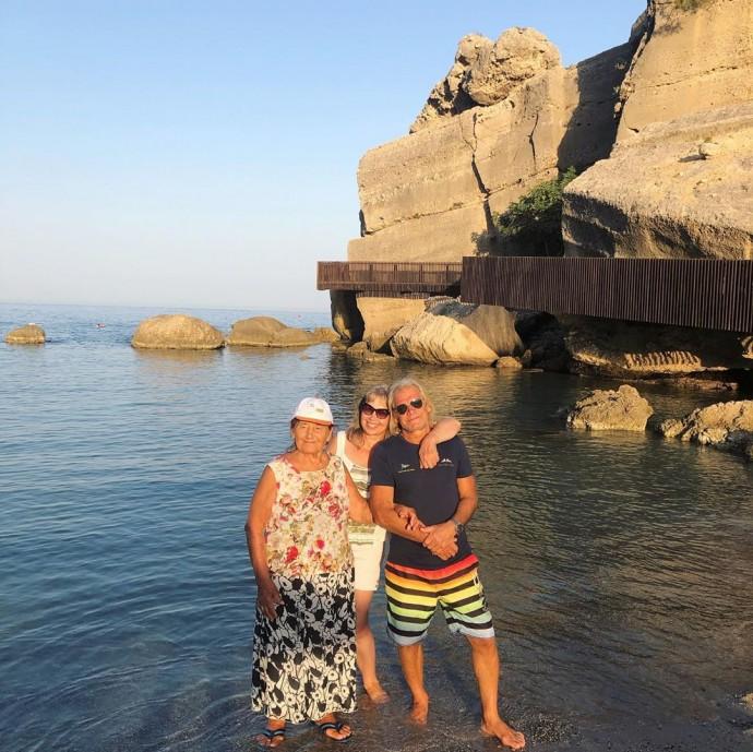 Наталья Водянова отправила маму и бабушку на отдых в Турцию