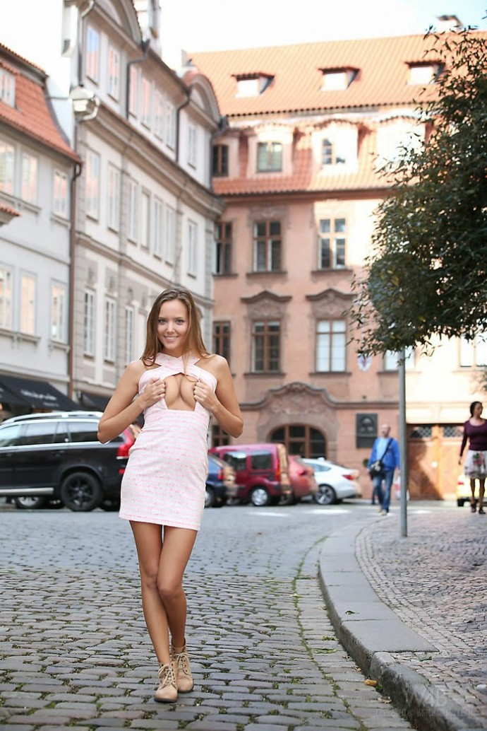 Кто такая Катя Кловер из России, прогулявшаяся голышом по Праге перед изумлёнными туристами