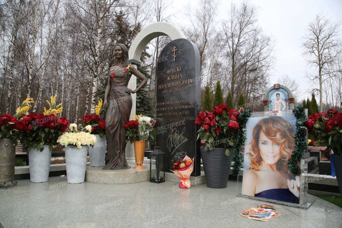 Могилу Жанны Фриске украсили открытками и мишурой к Новому году