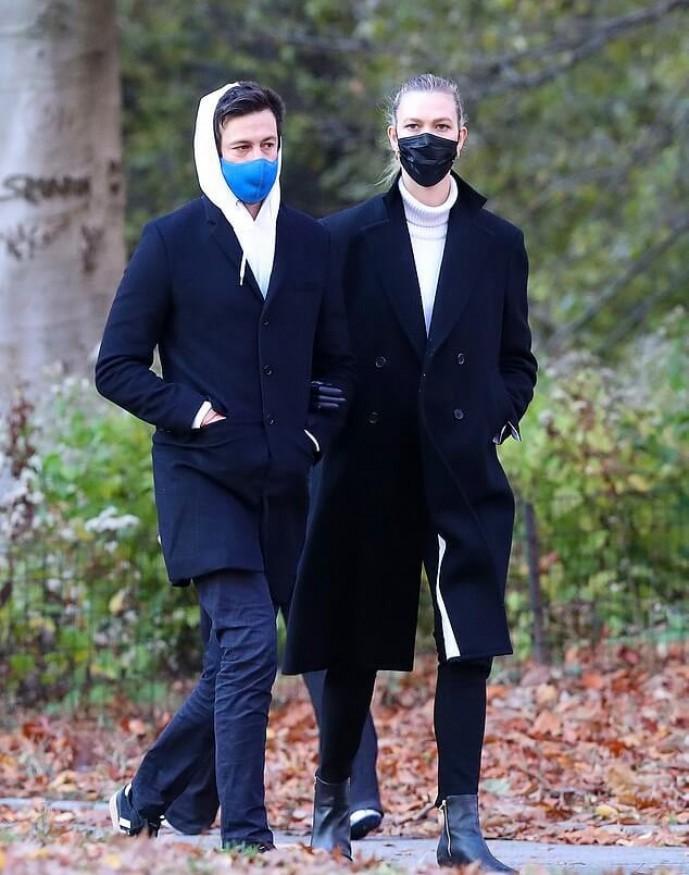 Беременная Карли Клосс замечена папарацци во время прогулки с мужем