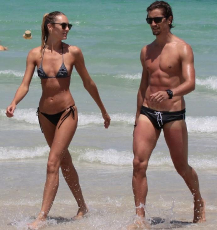 Папарацци впервые встретили Кэндис Свейнпол на пляже после публикации фото со складками на животе