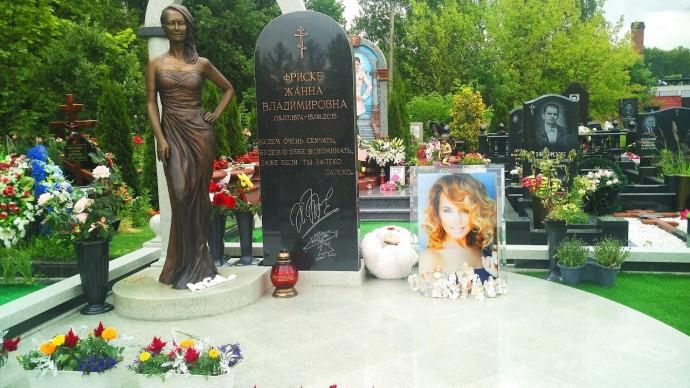 Родители Жанны Фриске пообещали привести в порядок ее могилу
