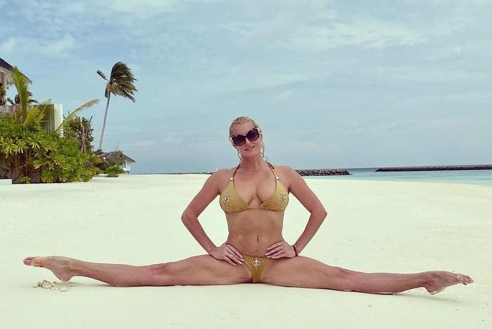 «Мне очень хочется поделиться с Вами красотой»: Анастасия Волочкова показала поклонникам мальдивские пляжи, шпагат и свою попу