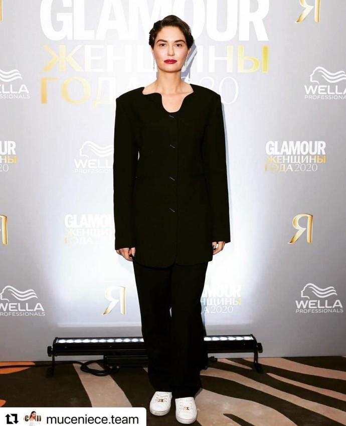 Рейтинг дня: Агата Муцениеце предстала в стильном костюме и кедах на премии Glamour