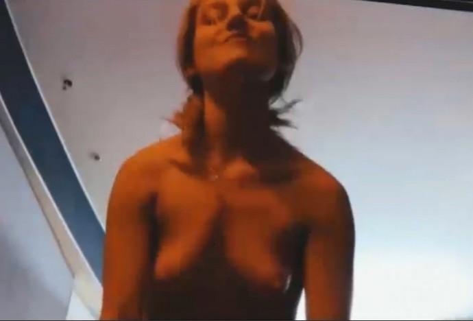 Кристина Асмус в красном нижнем белье и размазанной косметикой разочаровала поклонников