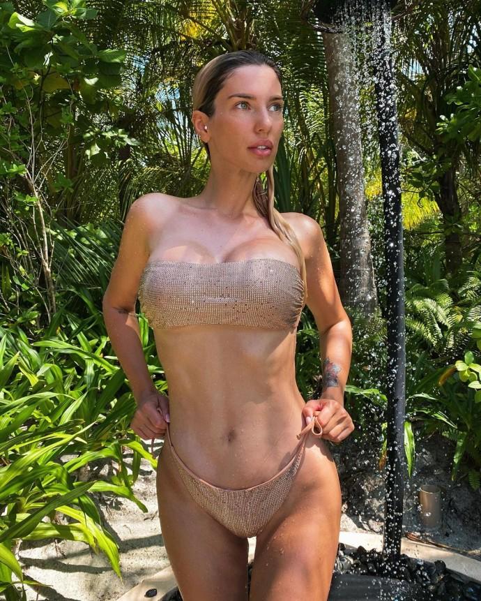 Жена бизнесмена Саркисова позволила насладиться красотой своей огромной груди