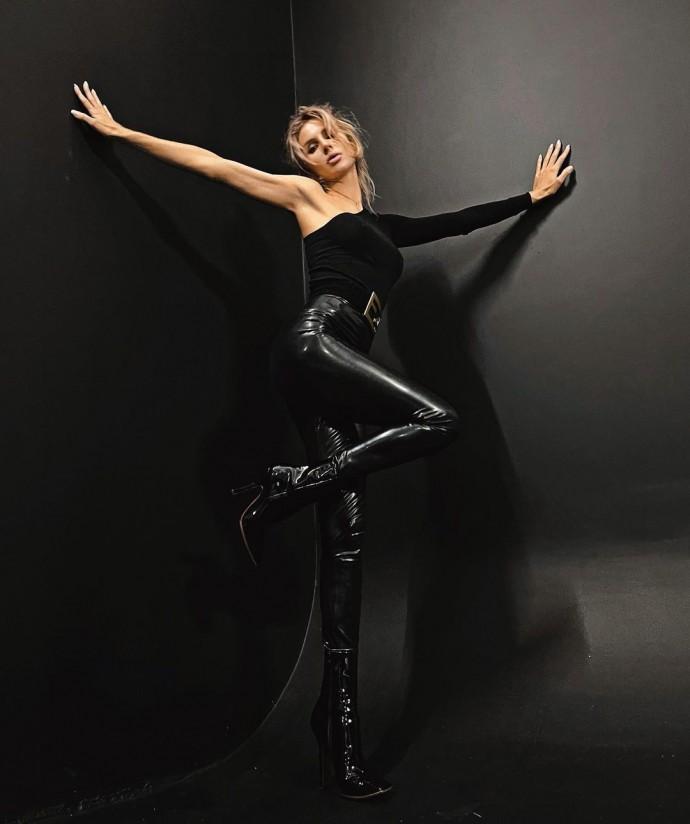 Рейтинг дня: Светлана Лобода поделилась снимками в чёрном латексе
