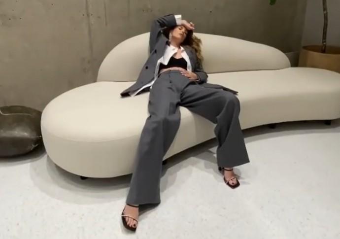 В Сети высмеяли новые фото Саши Савельевой с раздвинутыми ногами