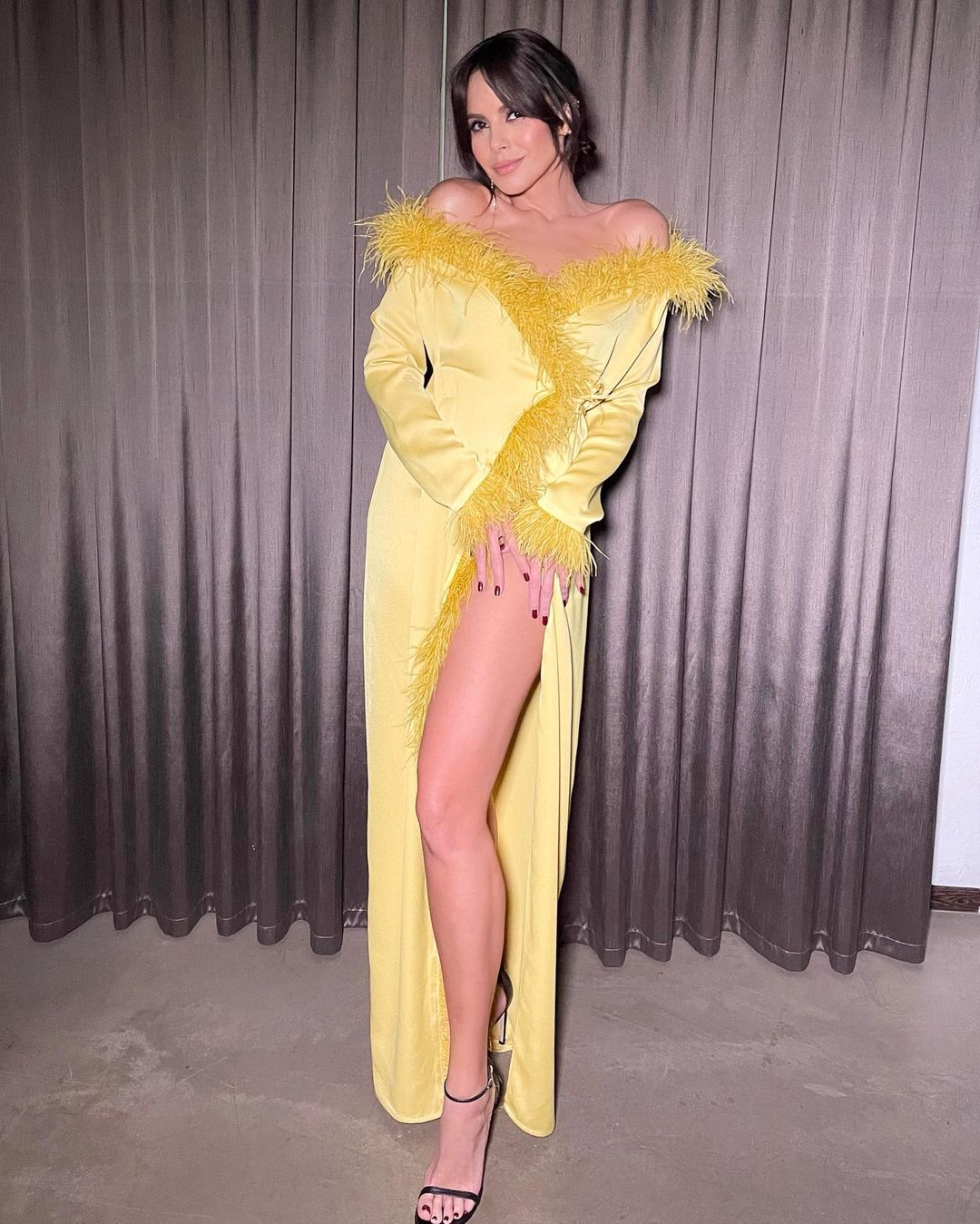 Рейтинг дня: Настя Каменских предстала в ярко-жёлтом платье с разрезом на бедре