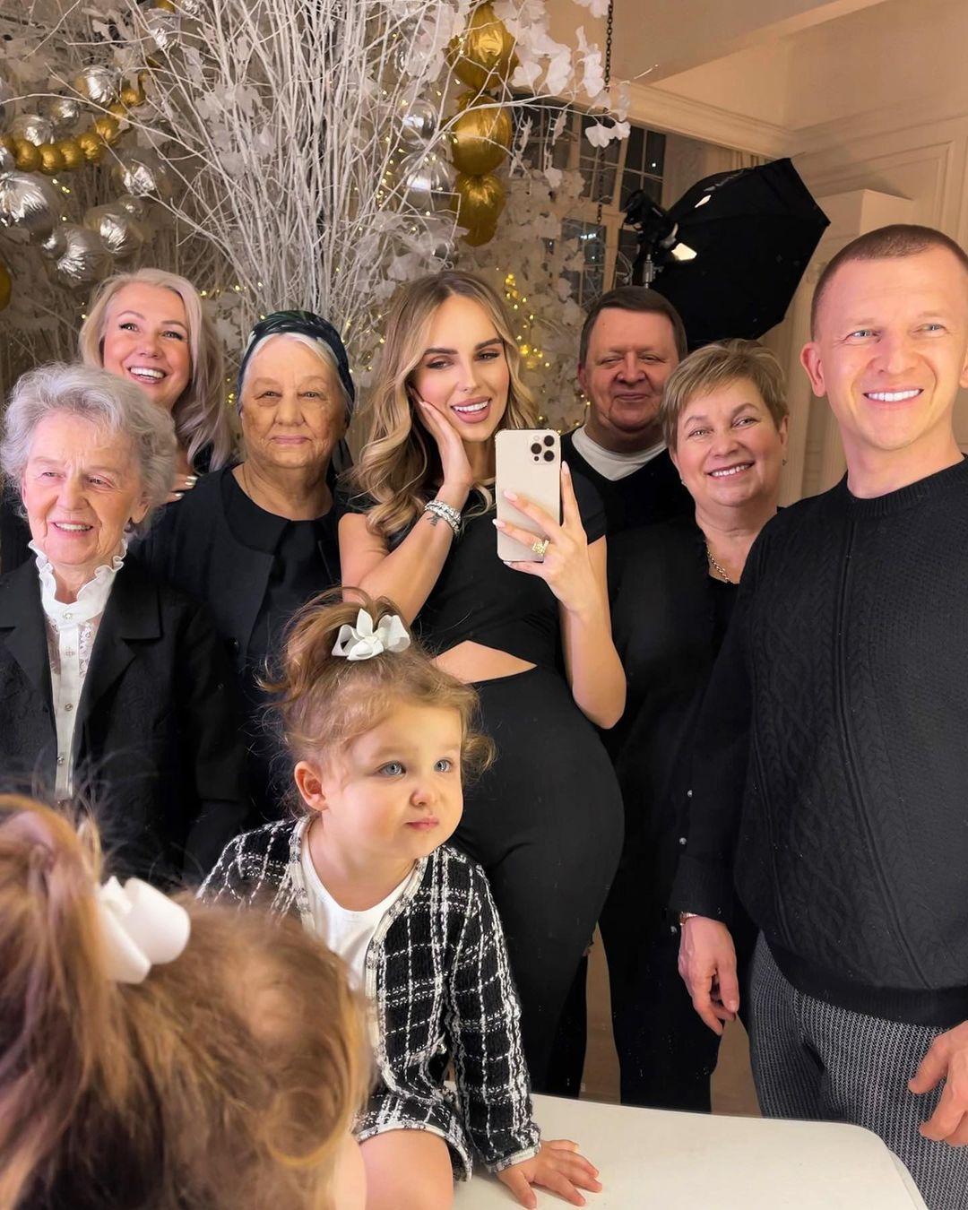 """""""Приказным тоном"""": певица Ханна нашла подход к свекрови и другим членам семьи"""