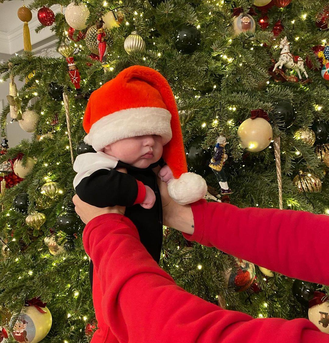 """""""Кажется, на маму похож"""": Яна Рудковская и Евгений Плющенко нарядили новорожденного сына в костюм Санта Клауса"""