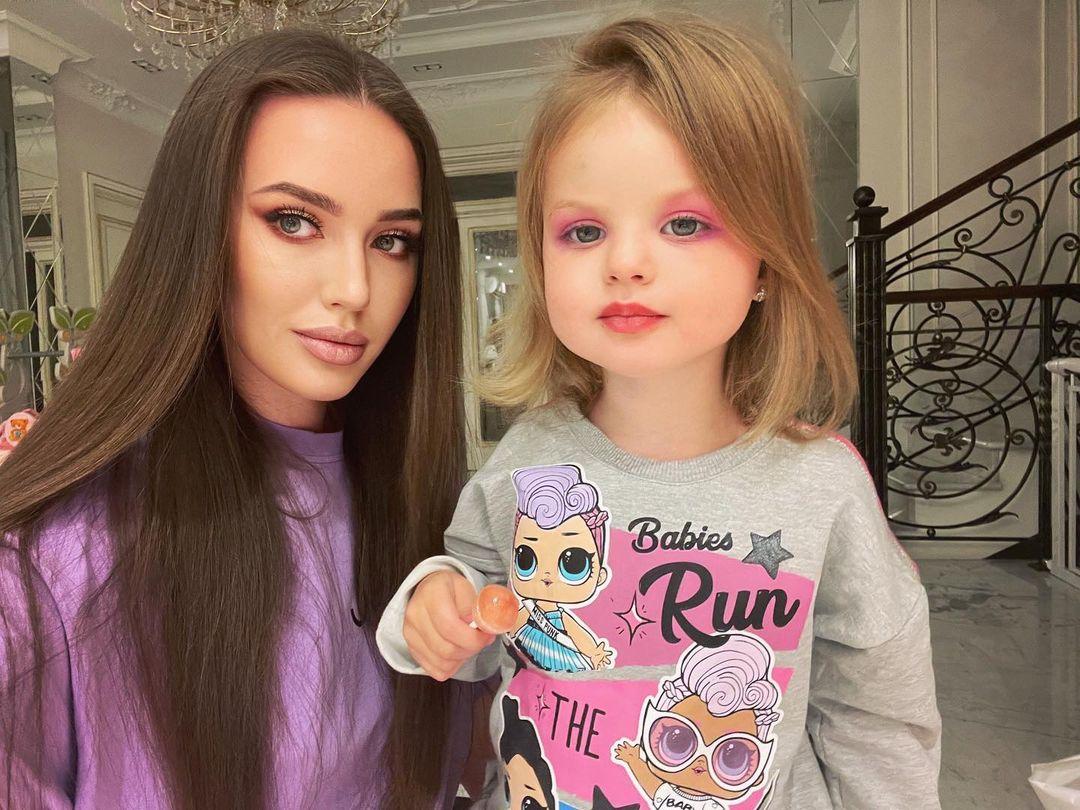 """""""Накрасилась и стала похожа на папу"""": Анастасия Костенко сделала дочери яркий макияж"""