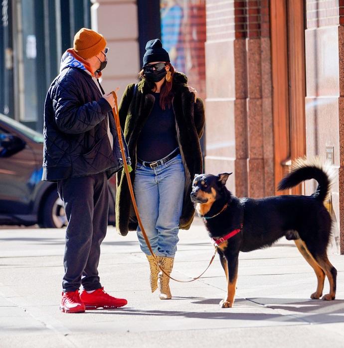 Глубоко беременная Эмили Ратаковски отправилась на прогулку с мужем и собакой, надев сапоги на высокой шпильке