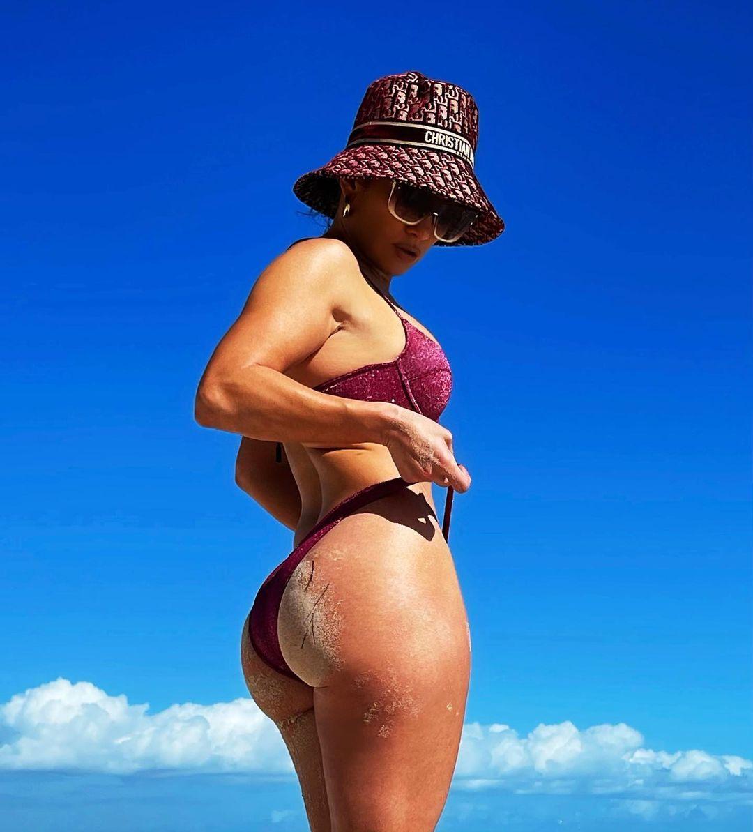 Папарацци сделали фото целлюлитной попы Дженнифер Лопес во время катания на сапборде