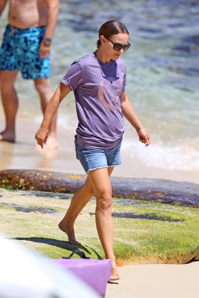 Сильно располневшая в области живота Натали Портман весело провела время на пляже с мужем