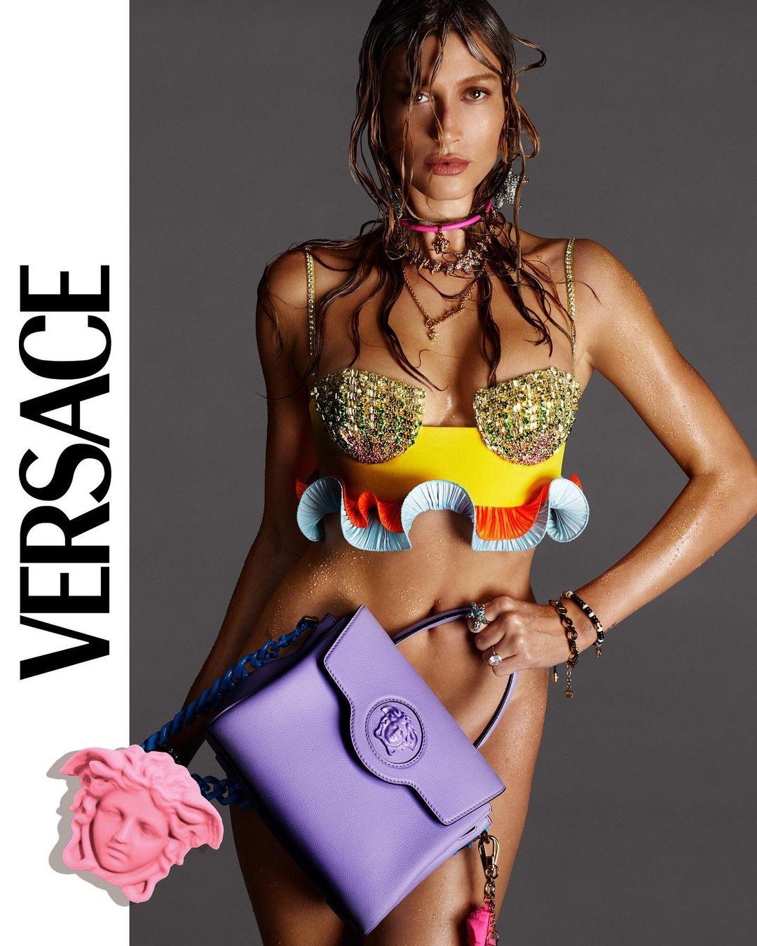 Хейли Бибер без трусиков позировала для новой рекламной кампании Versace
