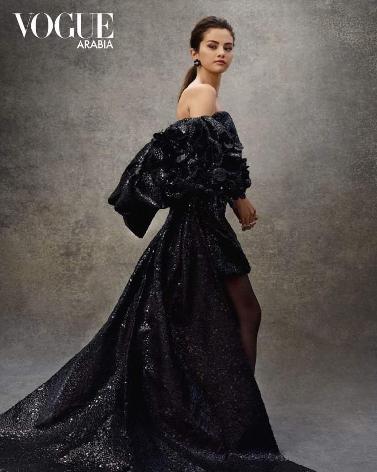 Селена Гомес изящно обнажила плечи в новой фотосессии для Vogue