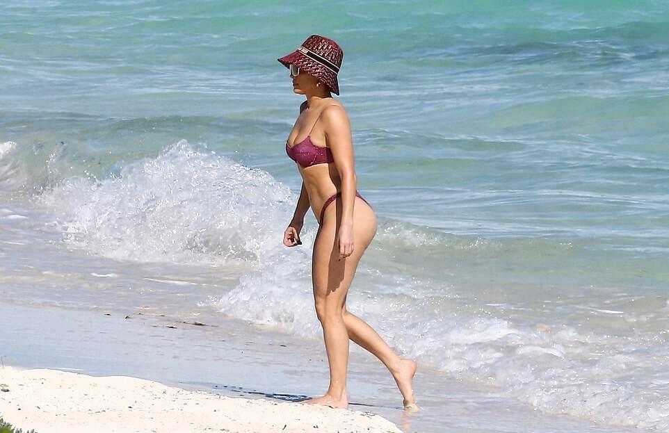 Папарацци насладились накаченным животиком Дженнифер Лопес во время пляжного отдыха