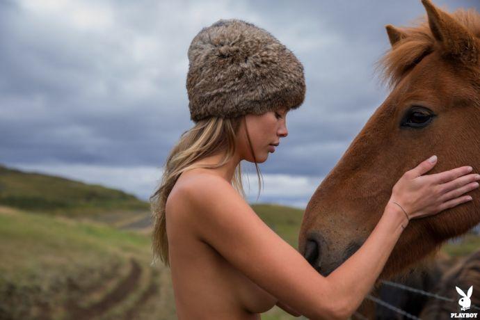 Для любителей стройки, девушек и природы: стройная блондинка Элли Леггетт отправилась закаляться на просторы Исландии