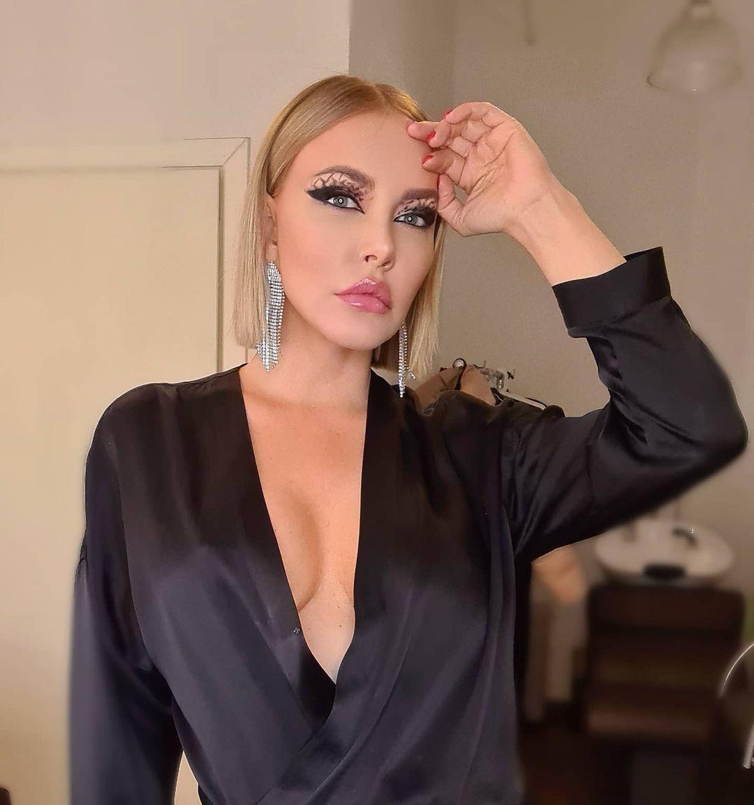 Рейтинг дня: Маша Малиновская надела шёлковое платье с глубочайшим декольте