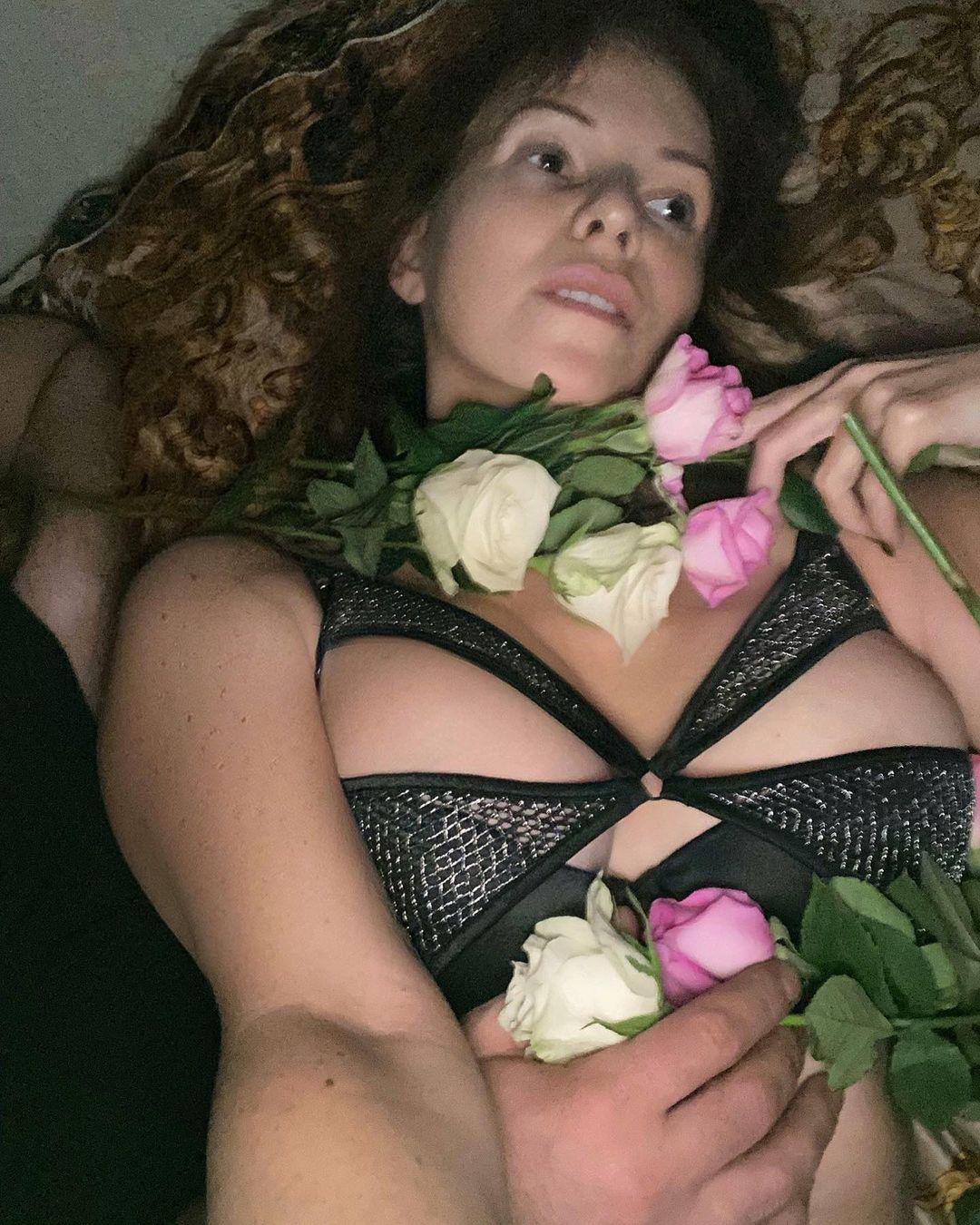 """""""Рехнулась на старость лет"""": Наталья Штурм поделилась интимными кадрами из постели с мужчиной"""