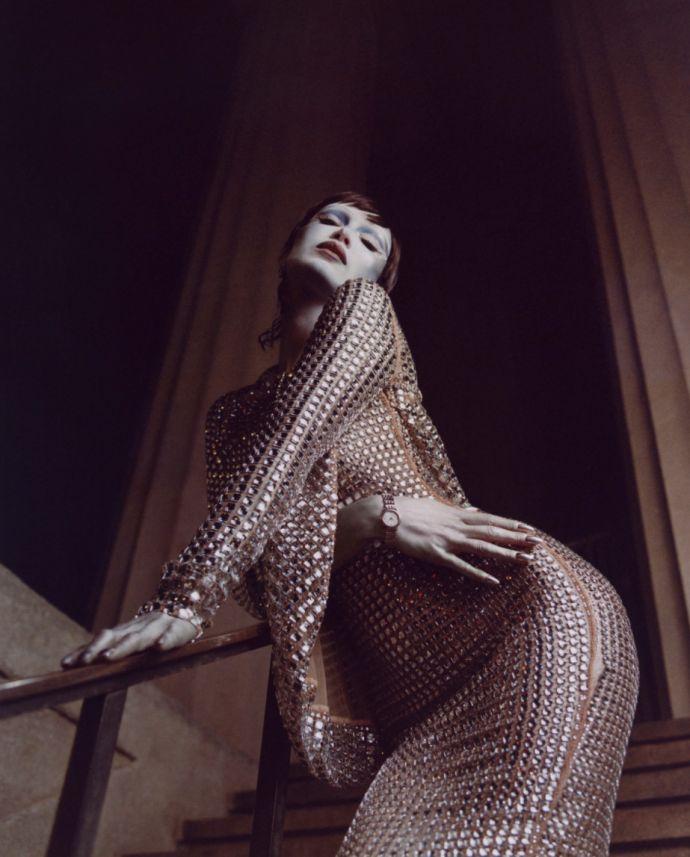 Белла Хадид облилась серебряной краской и разделась для V Magazine