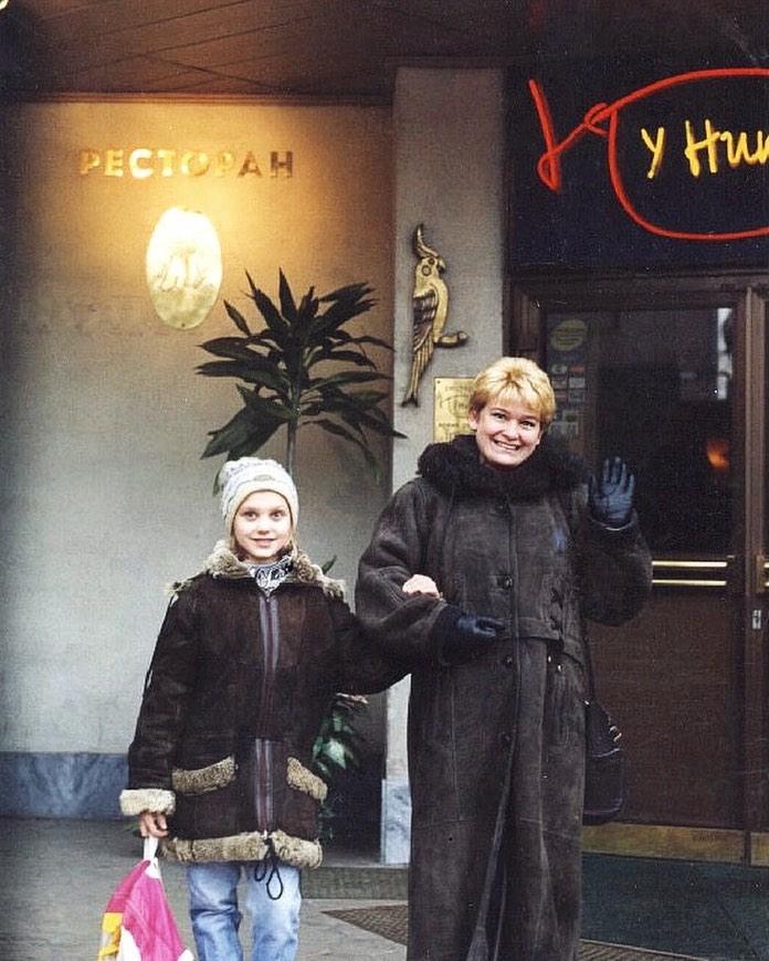 Кристина Асмус показала ретро-снимок с мамой