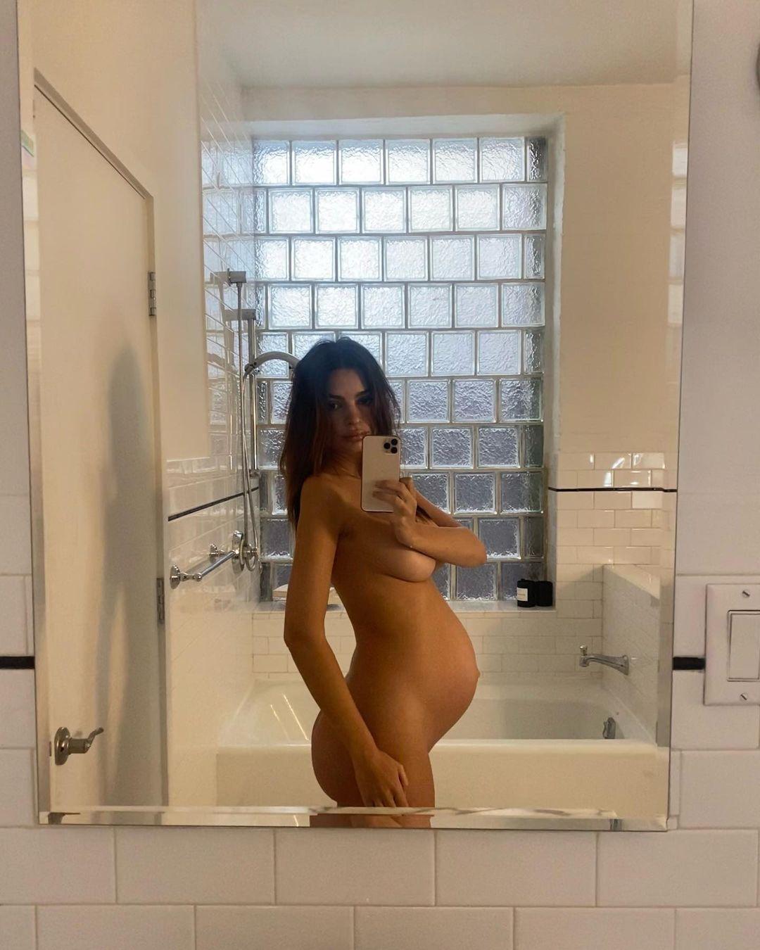 Беременная Эмили Ратаковски полностью обнажилась на фото