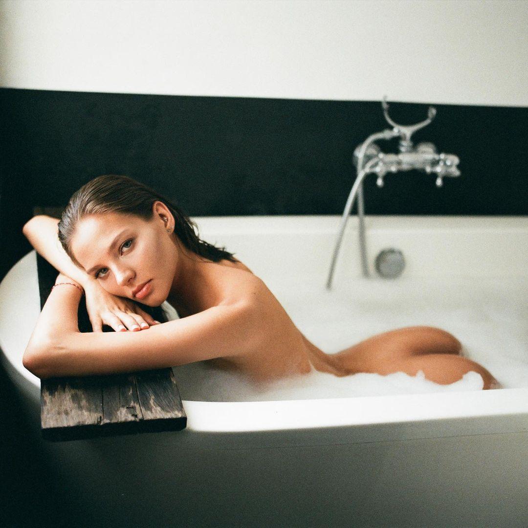 Алеся Кафельникова опубликовала эротическую фотосессию в ванной