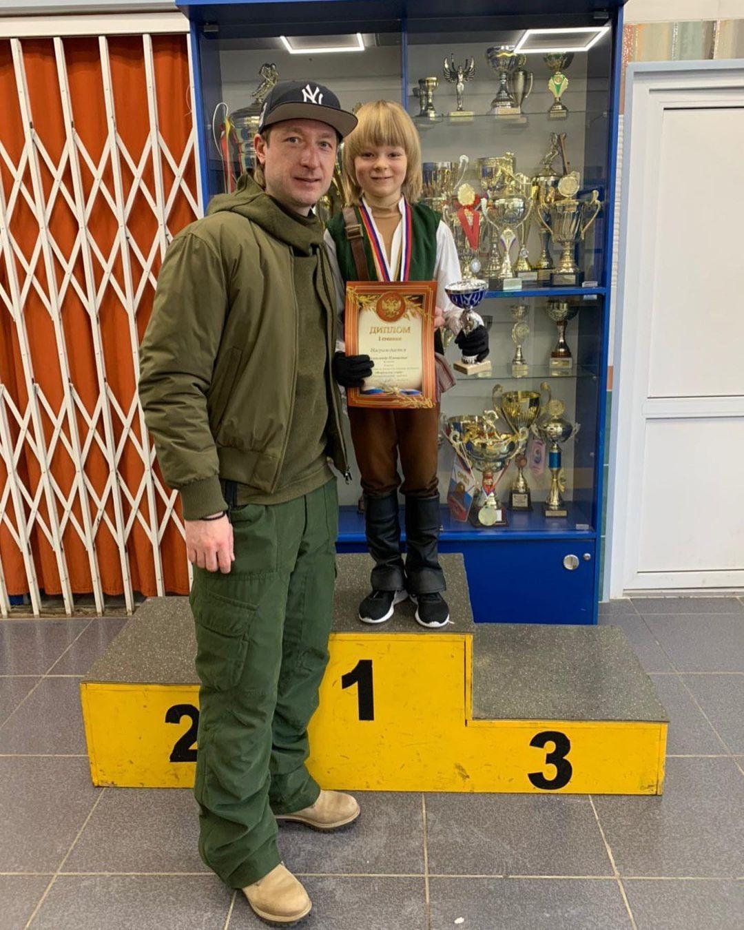 Занимая 38 место в рейтинге, сын Яны Рудковской выиграл соревнования по фигурному катанию