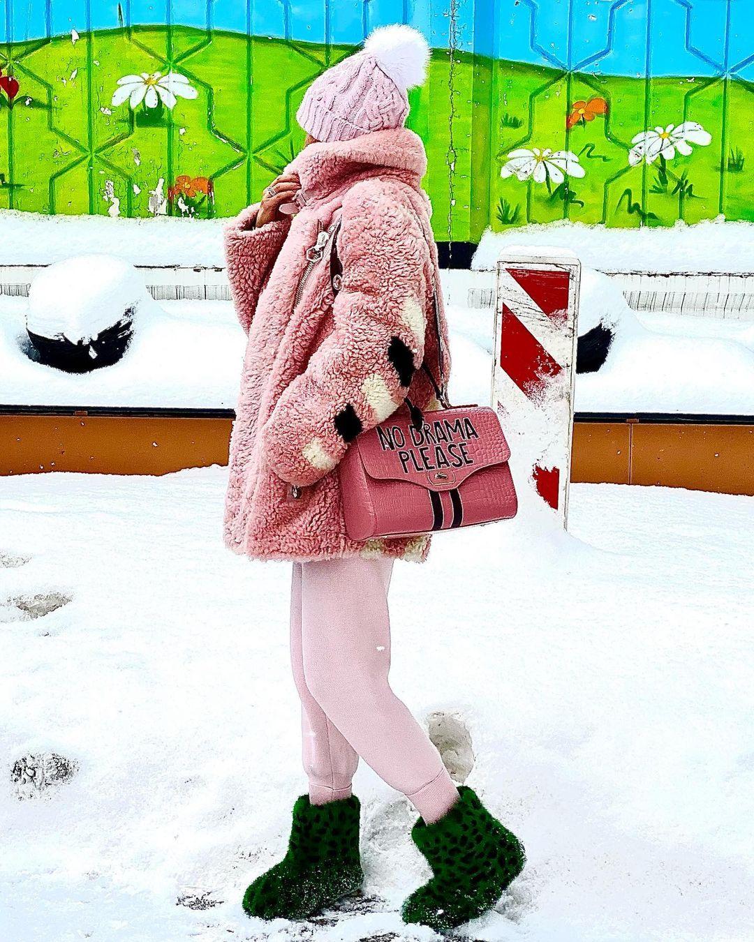 Лера Кудрявцева в розовой шубе и зеленых валенках собралась встречать Китайский новый год