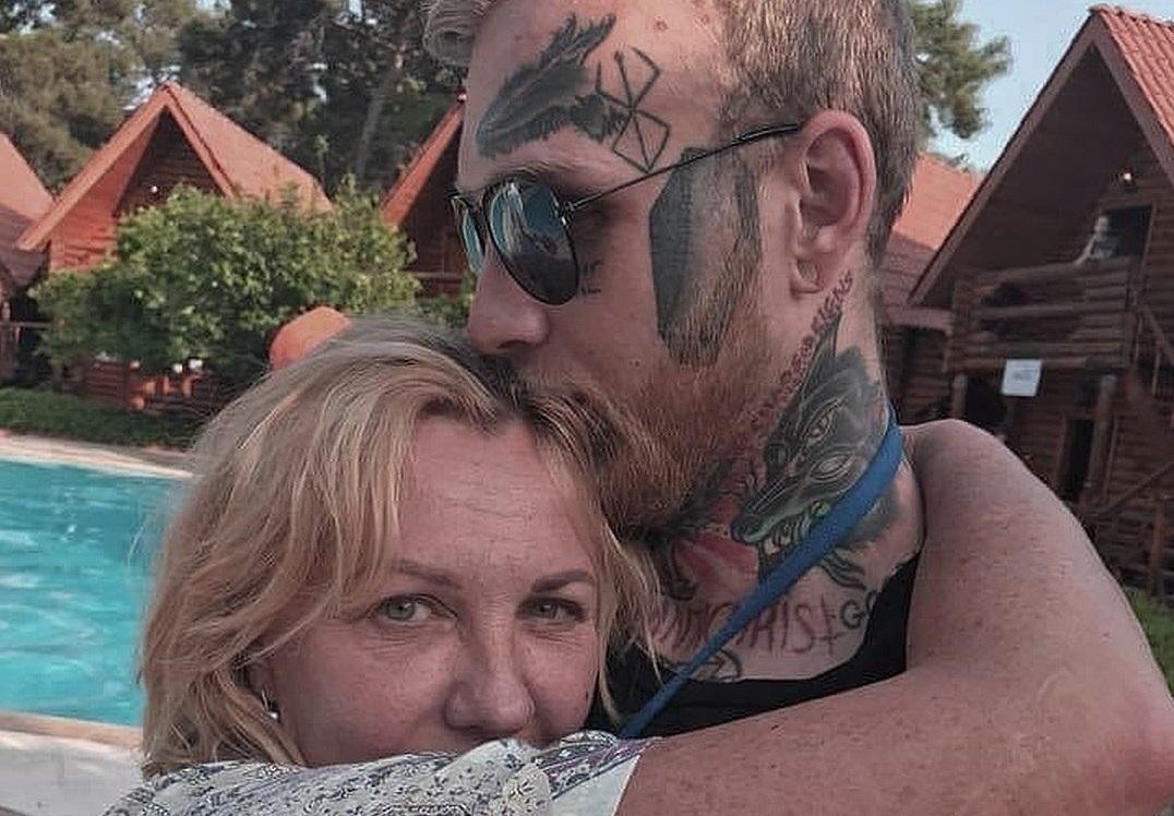 Сын Елены Яковлевой решился на удаление тату в виде гроба с лица