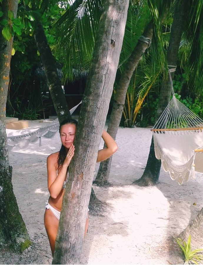 Мария Миронова поделилась кадром в белоснежном бикини на Мальдивах