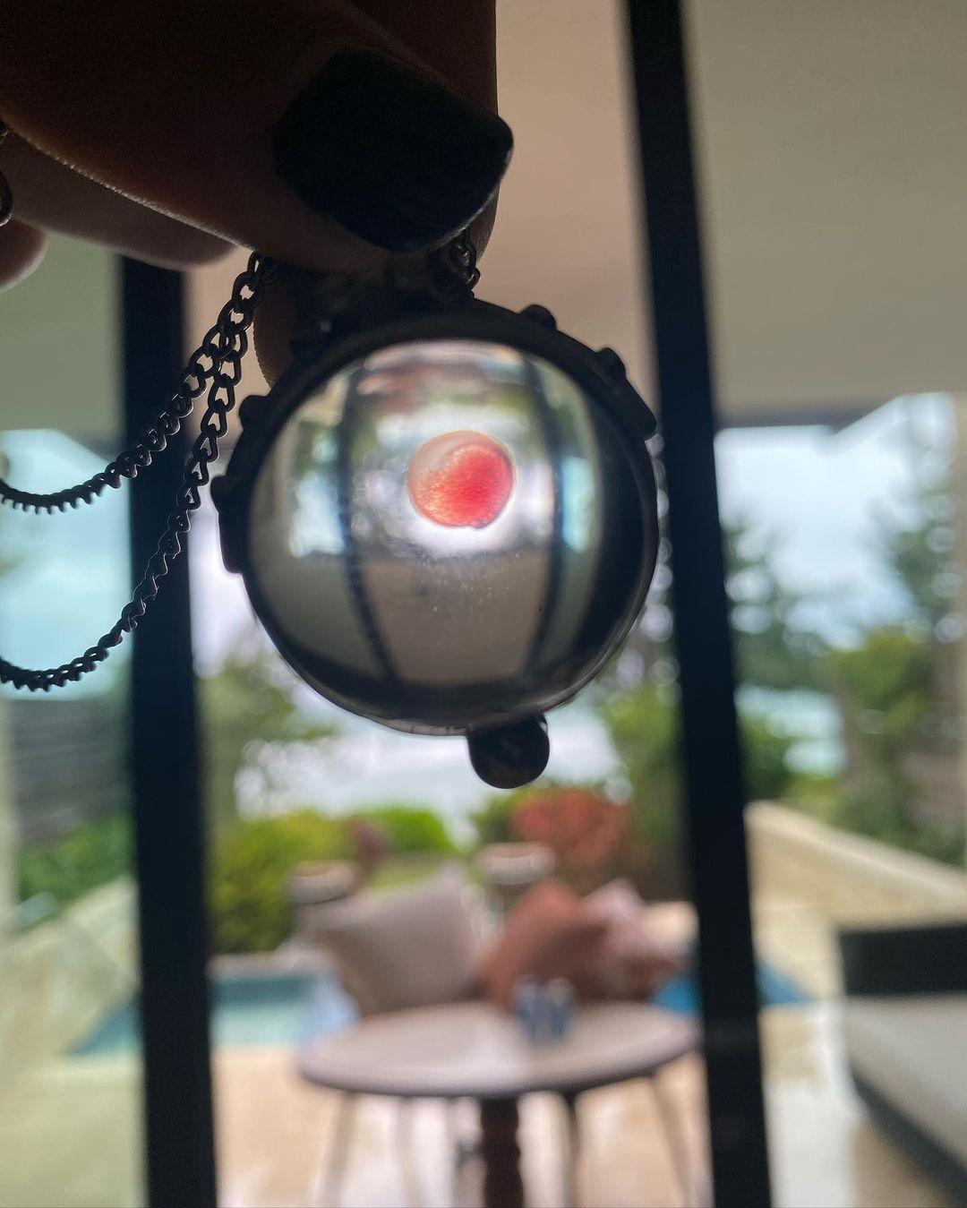 Колсон Бэйкер носит на шее медальон с кровью Меган Фокс