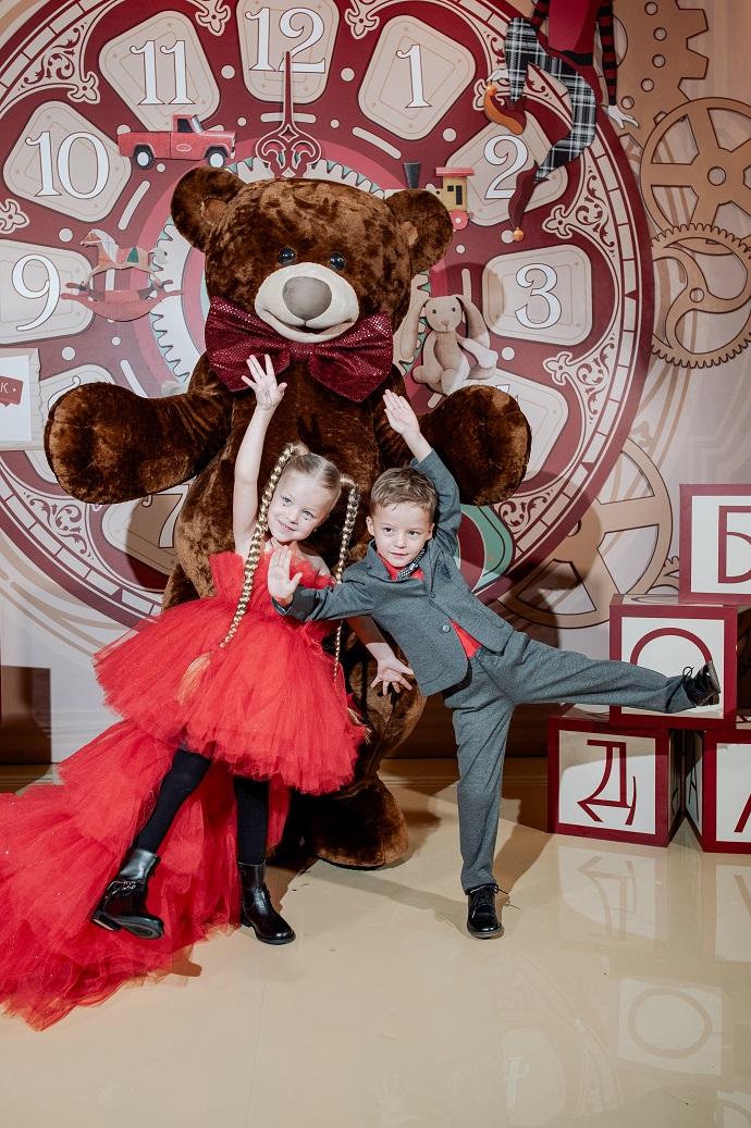 Лера и Артем Чекалины подарили своим детям на День рождения «Фабрику игрушек»