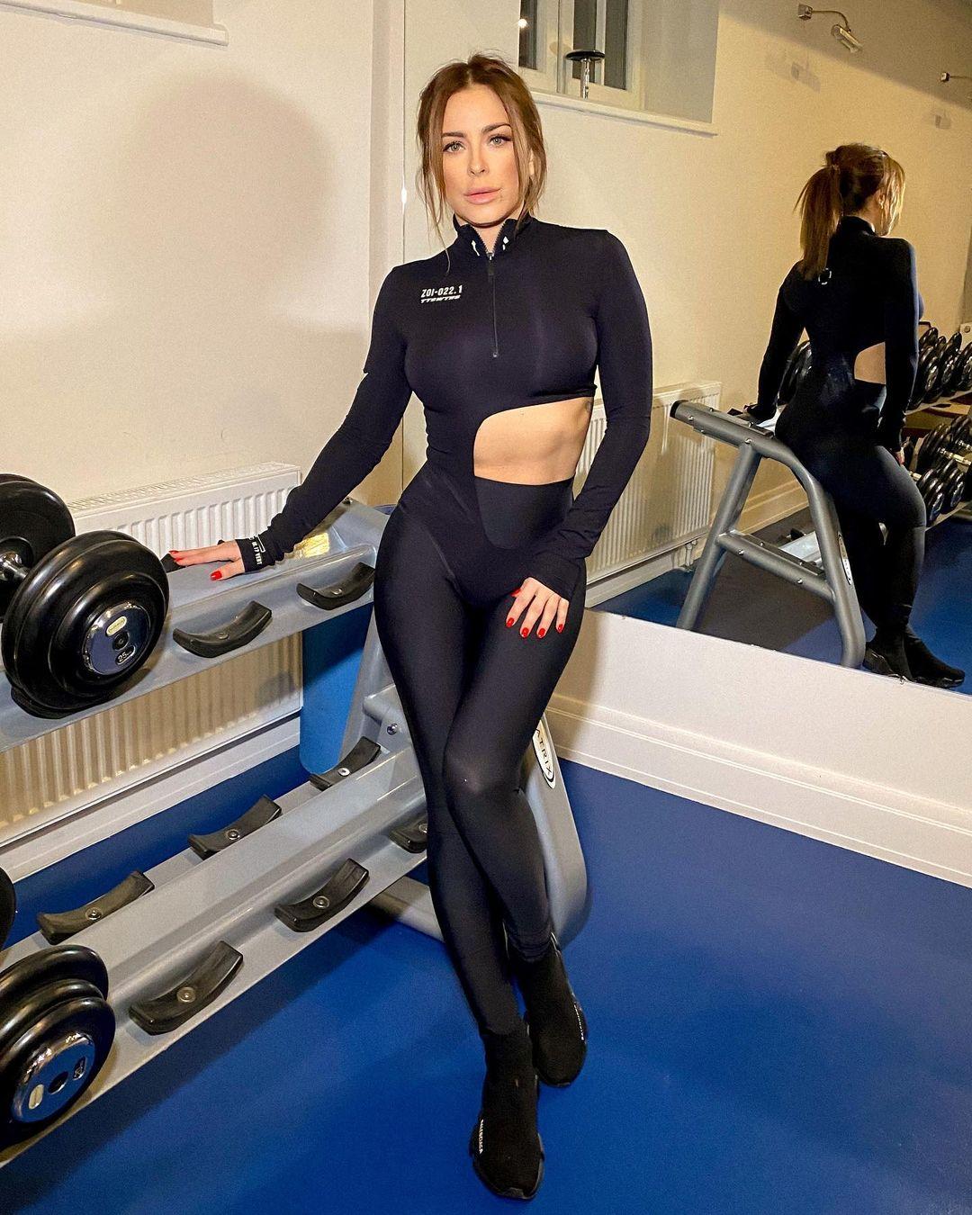 42-летняя Ани Лорак поразила длиной ног в суперминиарютном платье