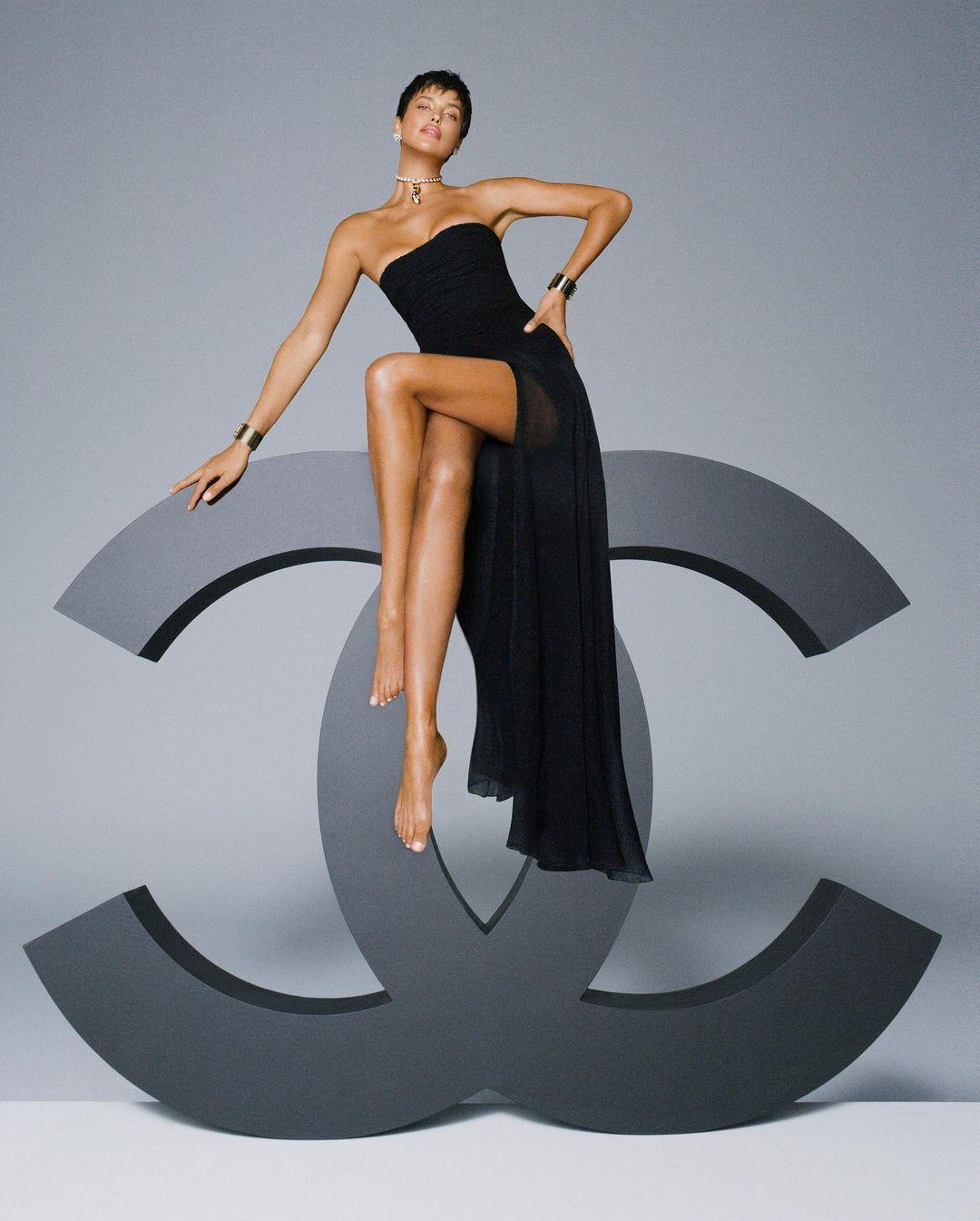 Ирина Шейк полностью обнажилась в фотосессии для мартовского номера Vogue