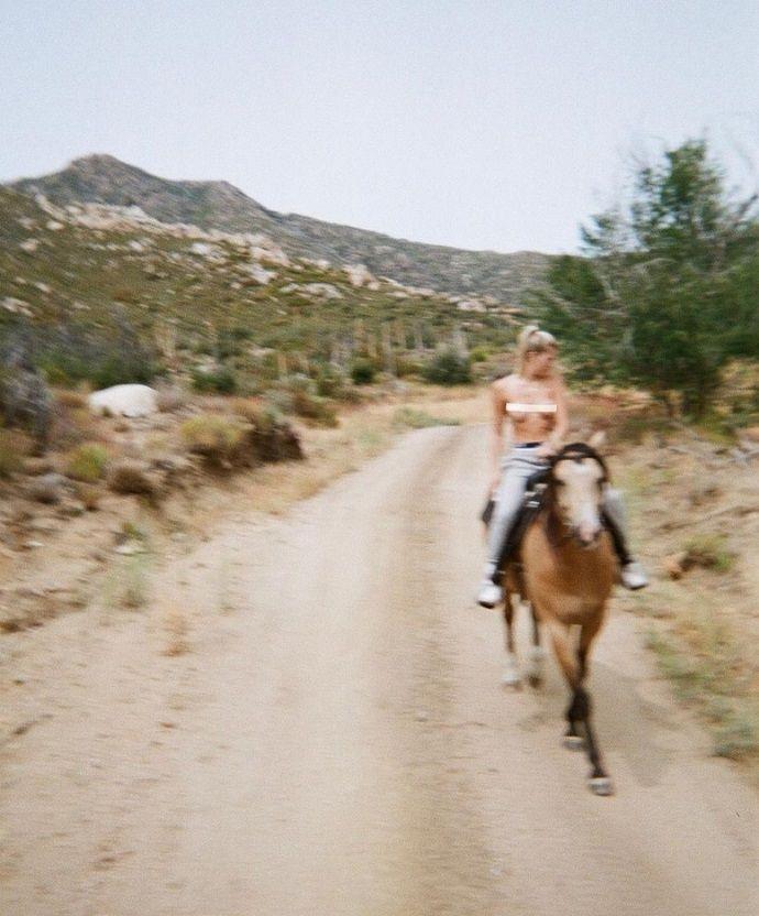 Голышом с ветерком: обнажённая Джози Кансеко оседлала коня