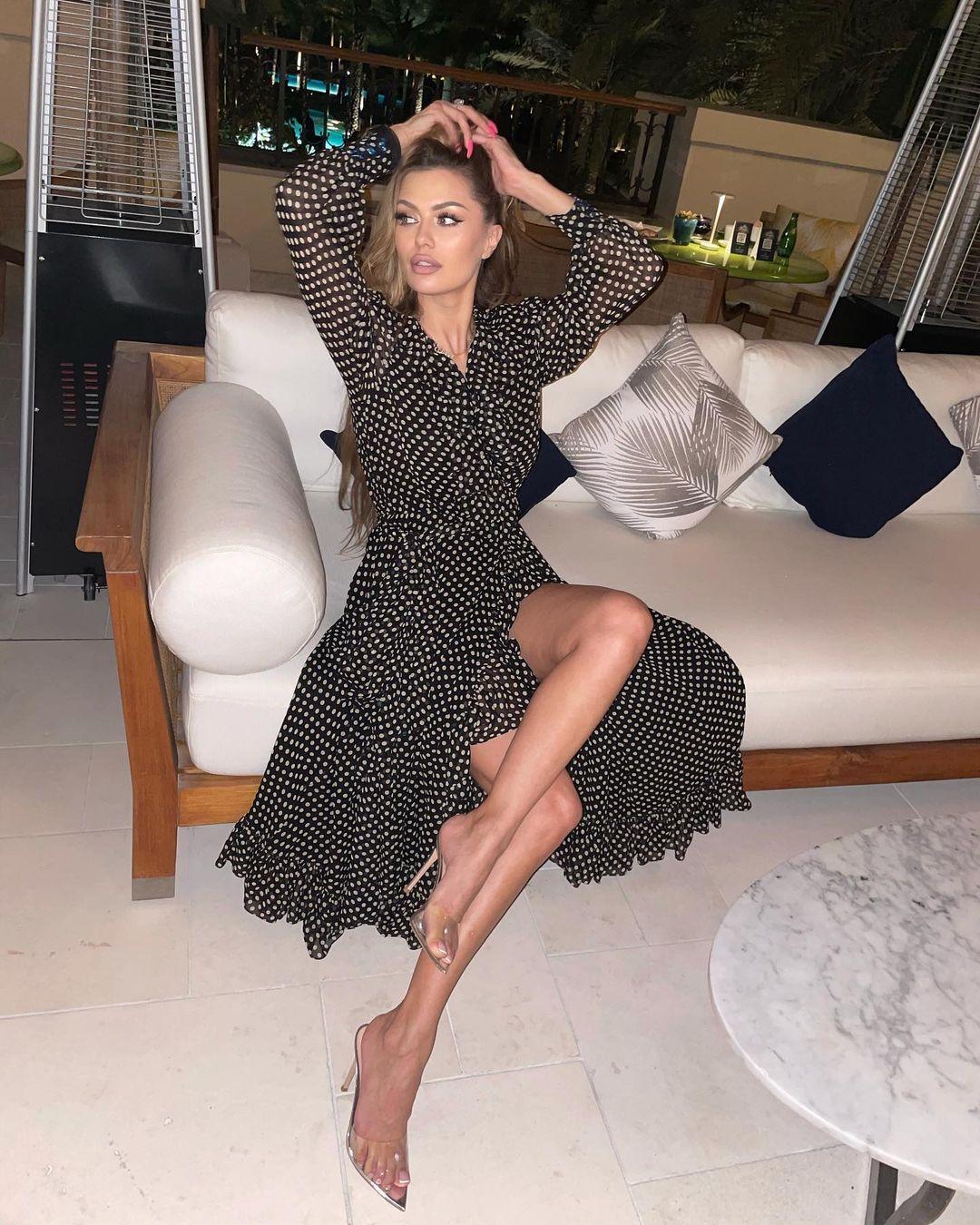Рейтинг дня: Виктория Боня в платье в горошек похвасталась длинными ногами