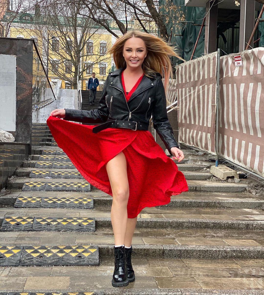 Рейтинг дня: Дарья Пынзарь прогулялась около московской стройки в эффектном платье с запахом