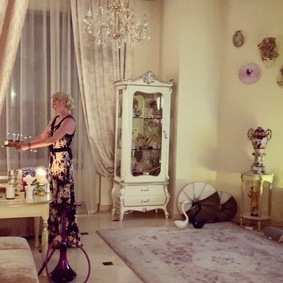 Шампанское, соленые огурцы и жареная картошка: Анастасия Волочкова отметила день рождения Любимого, закинув на него ноги