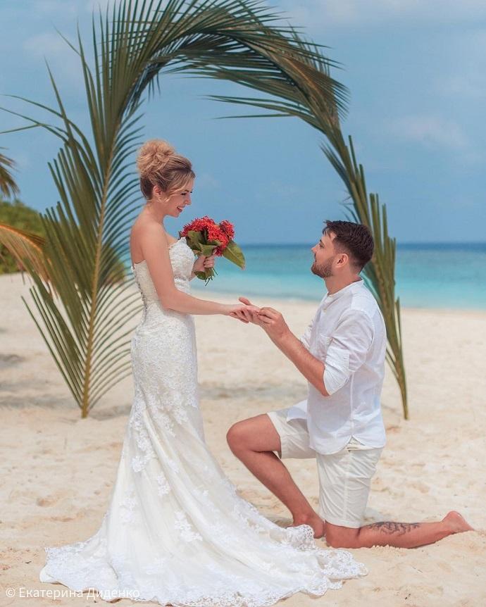 Катя Диденко, похоронившая мужа, задохнувшегося в бассейне с сухим льдом, устроила брачную церемонию на Мальдивах
