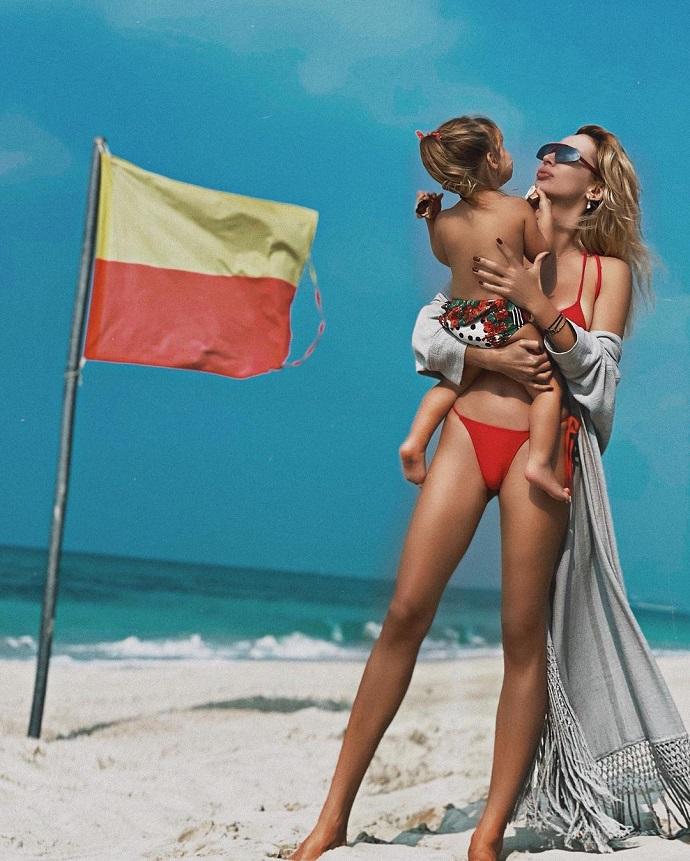 Светлана Лобода устроила фотосессию в бикини вместе со своими дочерями