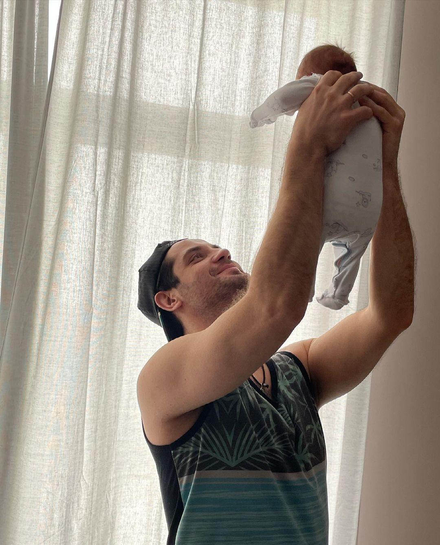 Марк Богатырёв показал прогулку с новорожденным сыном от Татьяны Арнтгольц