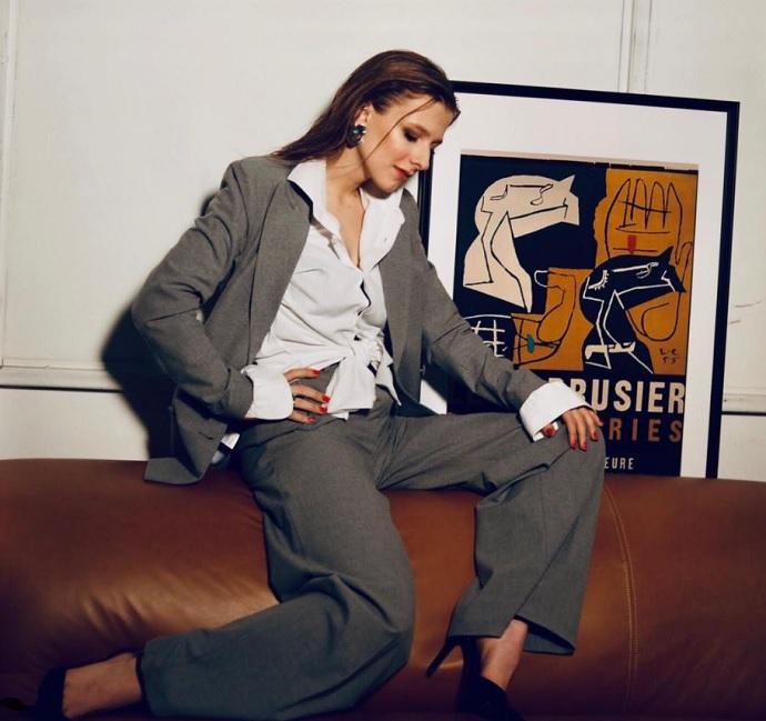Лиза Арзамасова устроила фотосессию в мужском костюме