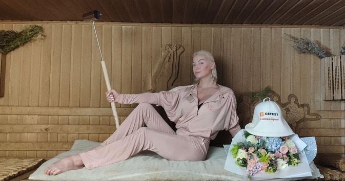 Полуголая Анастасия Волочкова, стоя рядом с иконой, объяснила почему сильно похудела
