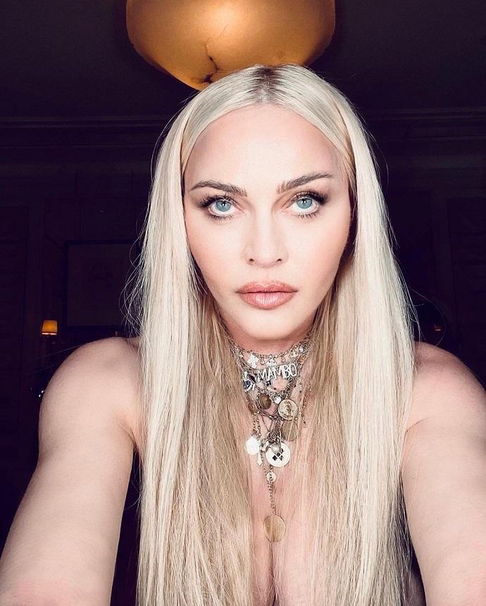 Мадонна опубликовала в своем инстаграм фото с обнаженной грудью