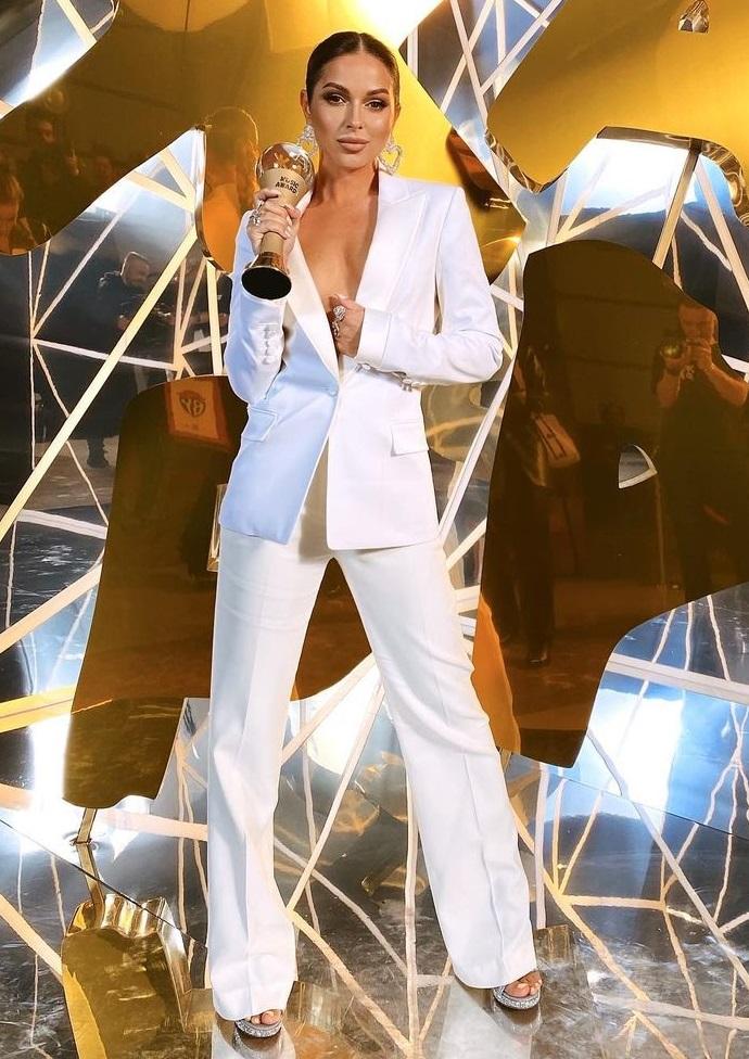"""Рейтинг дня: Нюше нездоровилось, но она в пиджаке на голое тело приехала на премию """"ЖАРА"""" для встречи с Егором Кридом"""
