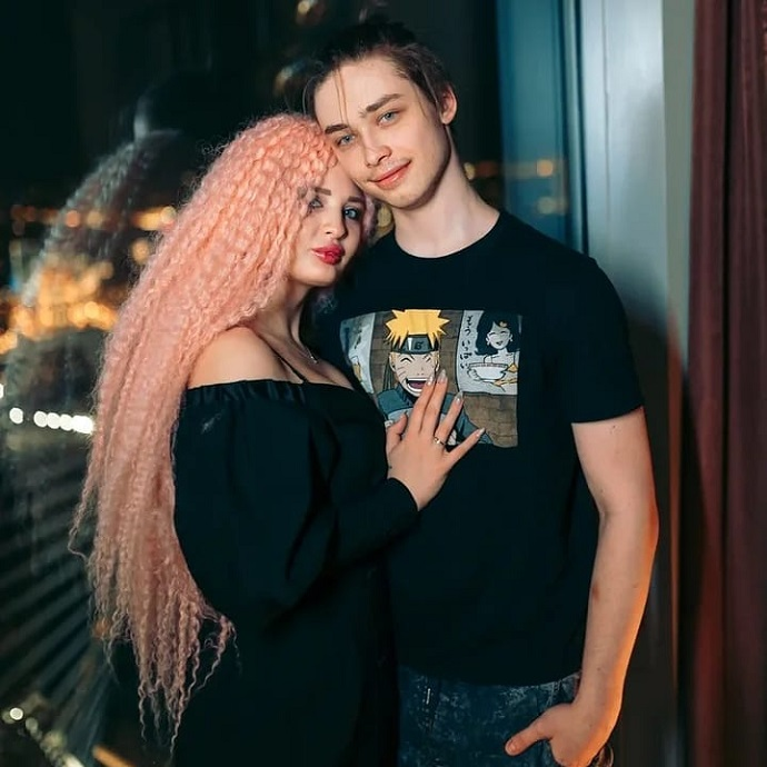 Pole dancing in the underwear of stripper Melisa Fox won the heart of Natasha's son Arkhip Korolev so much that now they have wedding rings on their hands.